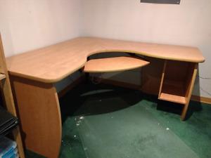 bureau d'ordinateur en coin / L shaped computer desk