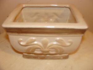 Très beau cache-pot rectangulair en porcelaine de couleur beige