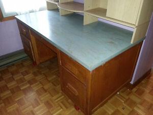 Large wood Desk \\   Pupitre en bois West Island Greater Montréal image 2