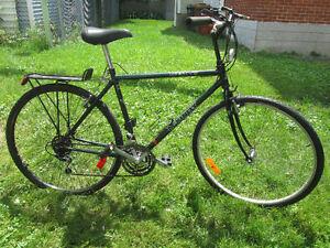 grand vélo hybride avec roues de 28 pouces