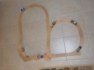 THOMAS WOODEN RAILWAY SET * INCLUDES 5 TRAINS AND TRACKS