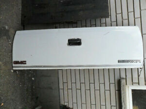 GMC/CHEVROLET TAILGATE IN GOOD CONDITION!