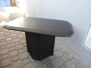 1-TABLE DECORATIVE,EN MELAMINE NOIRE.