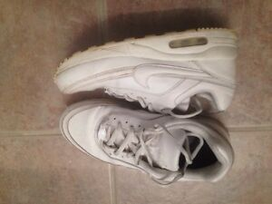 NIKE RUNNING SHOES - SIZE 36 OR A 4 YOUTH