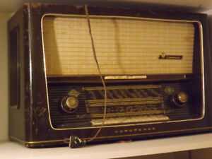 Antique radio with worldwide channels access