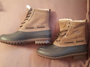 Great Xmas gift. Men's Sperry winter boots brand new in box.