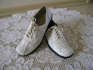 LADIES NATURALIZER WHITE LEATHER SHOES