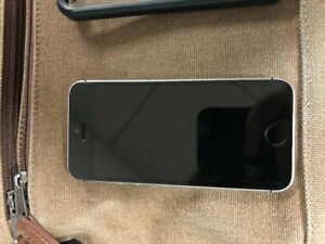 iPhone SE 16 Gb// Koodo (with cases)