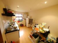 3-bed student flat is ideally located between the city center and university.