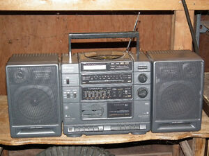 GE GETO  BLASTER  AM / FM   RADIO WITH BASE BOOST . Windsor Region Ontario image 1