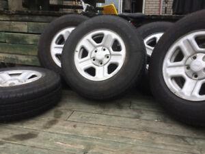5 pneus en bon état avec mags inclus pour 400$.