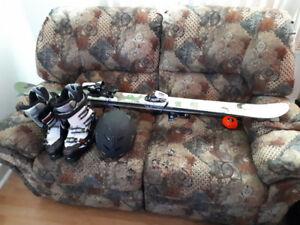 Ensemble de ski alpin avec botte et casque 200$
