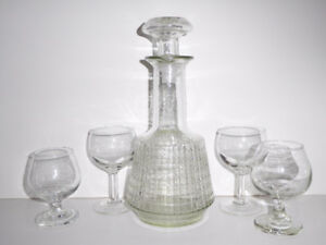 VINTAGE PATTERNED CLEAR GLASS DECANTER WITH 4 GLASSES - MINT