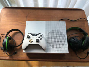 Xbox One S (500gb) + 2 Turtle beach headsets