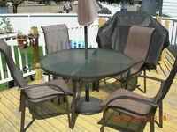 Table ronde avec parasol