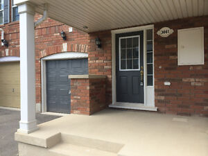 Oakville 2 bed Townhouse (not stacked) with 2 parking!