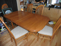 Solid Oak Dinning room table ( Double Pedistal - 2 leaves )