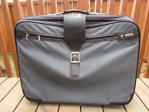Samsonite Suitcase grey in great condition,with rollers,light