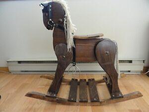 Beau cheval de bois, à vendre.