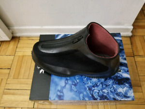 New Man Overshoes/Couvre-chaussure neuf. Size: 7