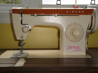 Singer Sewing Machine with Cabinet / Machine a Coudre