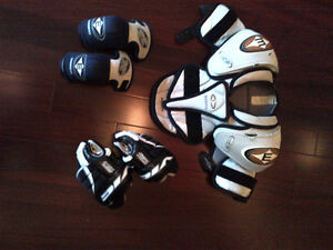 Youth Hockey Equipment: Shoulder Pads, Elbow Pads and Gloves Kitchener / Waterloo Kitchener Area image 1