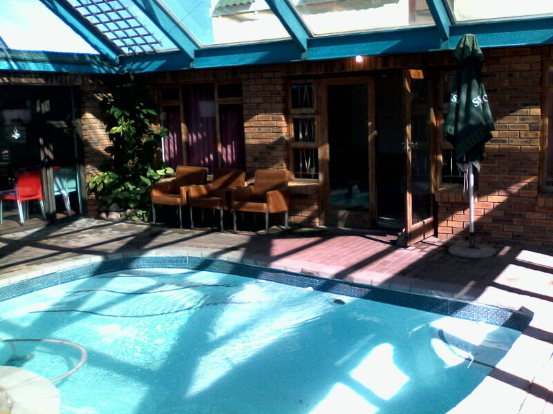 Bettys bay tamarisk lodge with indoor pool rooi els - Holiday homes with indoor swimming pool ...