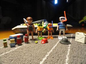 Playmobil - Petite famille de 4 en bateau comme neuf