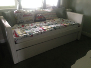 TRUNDLE BED----TWIN SIZE