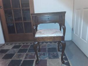 Petit bureau et chaise antique