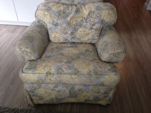 2 Armchairs & coffee table chest in very good condition