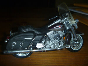 HARLEY ROAD KING MAISTO 1:18