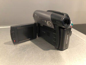 SAMSUNG Camcorder Records to DVD w/extras $20 Works A1