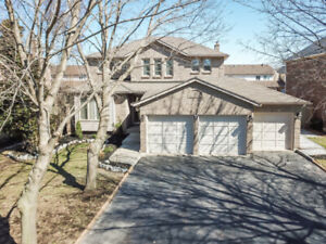 EXECUTIVE FAMILY HOME IN A Lakeside Neighbourhood!