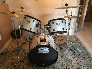 Mint Condition Drum Set w. Cymbals & Hardware!
