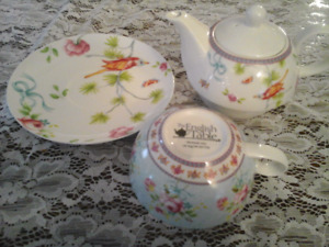 FINE CHINA TEA POT/CUP/SAUCER- THE ENGLISH TABLE - ENGLAND
