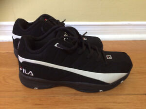 Youth/Men Black with White Fila Shoes Size 7.5