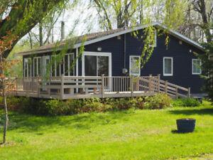 Maison sur grand terrain avec garage et accès au Lac St-François