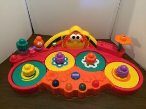 Différents jouets pour bébé à balles et blocs