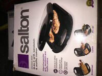 SALTON 3-in-1 grill, sandwich, and waffle maker