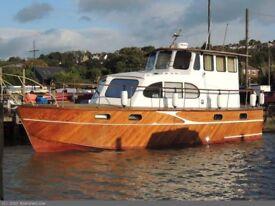 Houseboat or motorcruiser
