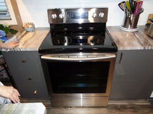 Samsung electric/convection range with ceramic cooktop.