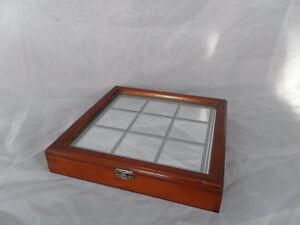 Jeu de Tic-Tac-To dans son boîtier en bois avec miroir