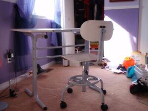 Bureau de travail et chaise à roulettes