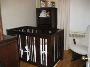High quality baby crib - dark wood in mint condition