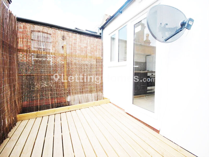 W9, 2 BED, £375pw with a LOUNGE, PORTOBELLO RD, QUEENS PARK, - Newly refurbished