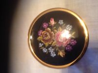 Lovely powder compact. Perfect Vintage item.