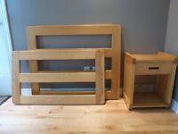 Chambre d'enfant - 2 lits, table de chevet, tiroirs de rangement