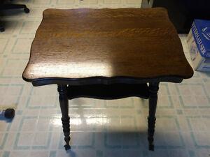 Table ancienne avec pieds de verre