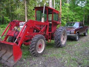 White tractor 1470 70 hp. 4 wd. with loader diesel runs good